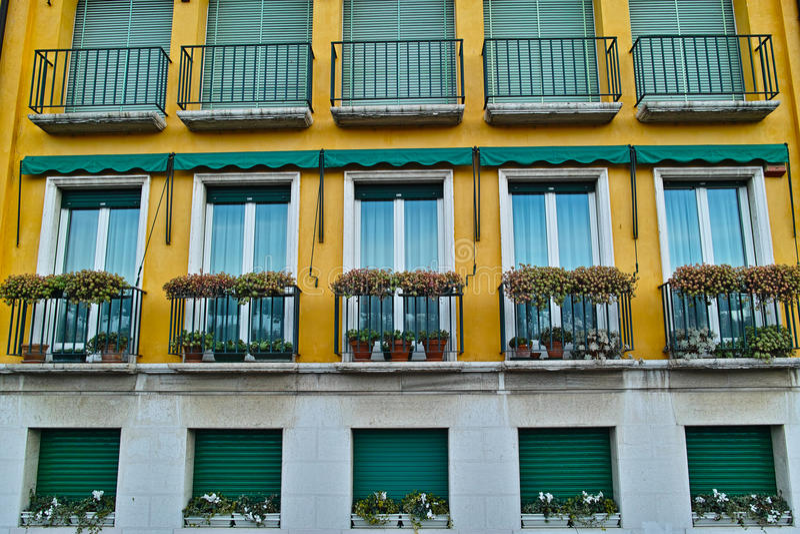 Σύγχρονο ιταλικό ύφος πολυκατοικίας στοκ εικόνα