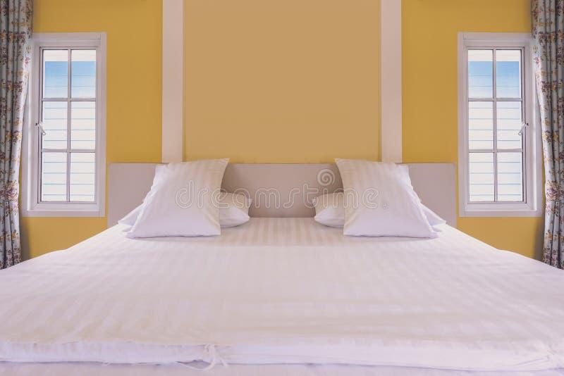 Σύγχρονο κίτρινο εσωτερικό κρεβατοκάμαρων στο εκλεκτής ποιότητας σπίτι στοκ εικόνα