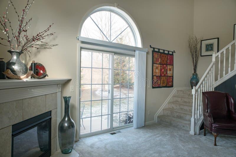 Σύγχρονο καθιστικό με την άποψη χειμερινού Patio στοκ εικόνα με δικαίωμα ελεύθερης χρήσης
