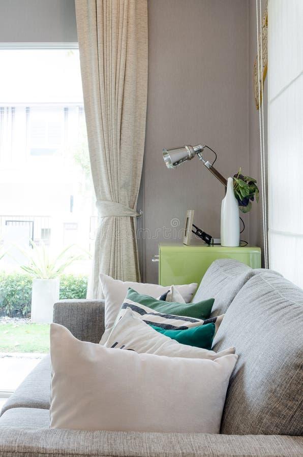 Σύγχρονο καθιστικό με τον καναπέ και την πράσινη επιτραπέζια πλευρά στοκ εικόνες με δικαίωμα ελεύθερης χρήσης