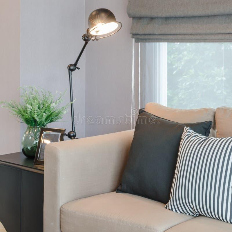 Σύγχρονο καθιστικό με το μαύρο λαμπτήρα από την επιτραπέζια πλευρά στοκ εικόνα
