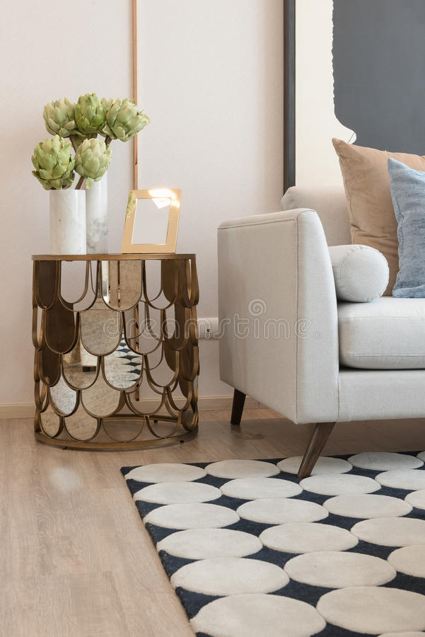 σύγχρονο καθιστικό με το σύνολο μαξιλαριών στον καναπέ στοκ εικόνες με δικαίωμα ελεύθερης χρήσης