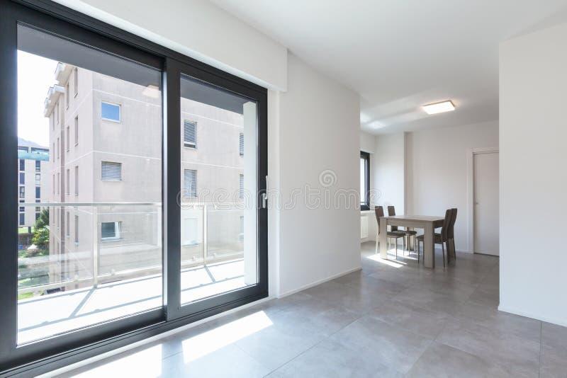 Σύγχρονο καθιστικό στο νέο apartament με τα έπιπλα στοκ εικόνες