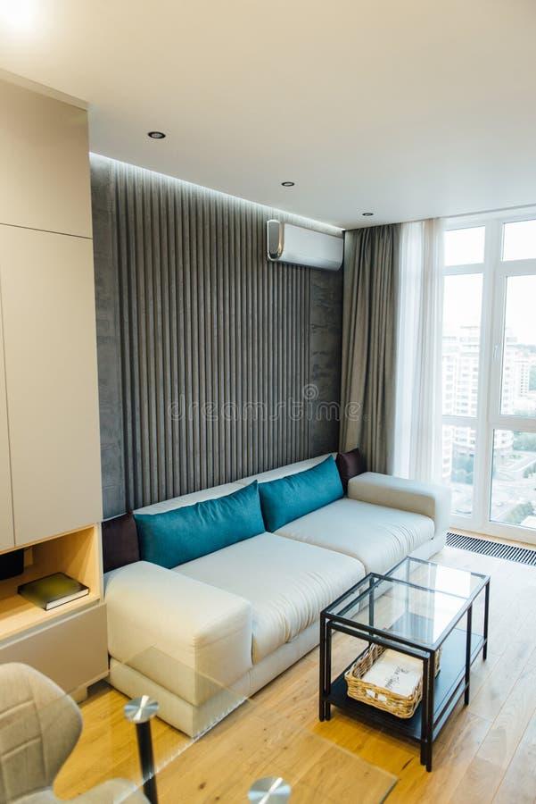 Σύγχρονο καθιστικό στο apartament με τα έπιπλα Κανένας μέσα στοκ φωτογραφία
