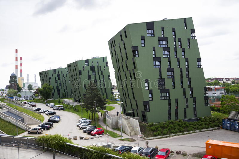 Σύγχρονο κατοικημένο εξωτερικό σπιτιών διαβίωσης διαμερισμάτων κοντά στα γκαζόμετρα της Βιέννης στοκ φωτογραφίες