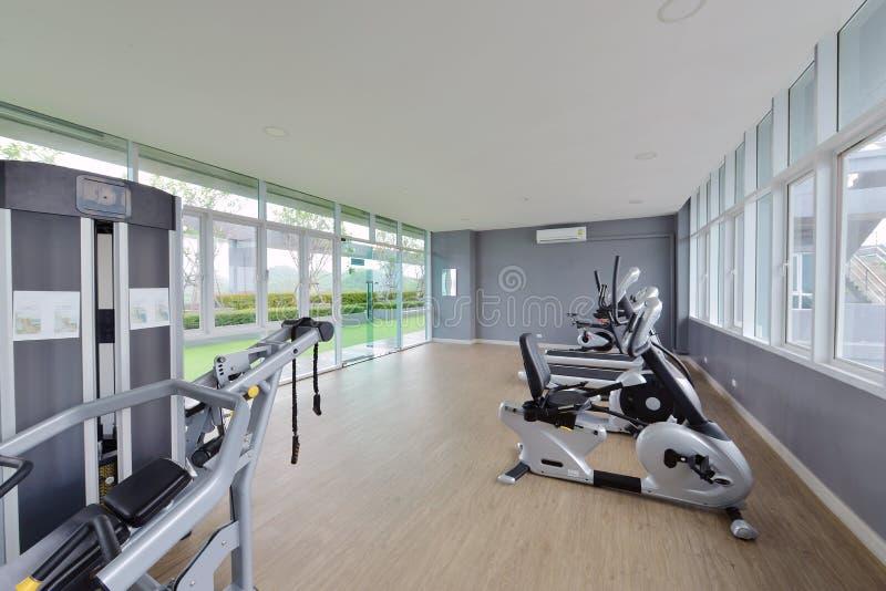Σύγχρονο κεντρικό εσωτερικό σχέδιο ικανότητας, γυμναστική πολυτέλειας στοκ φωτογραφίες