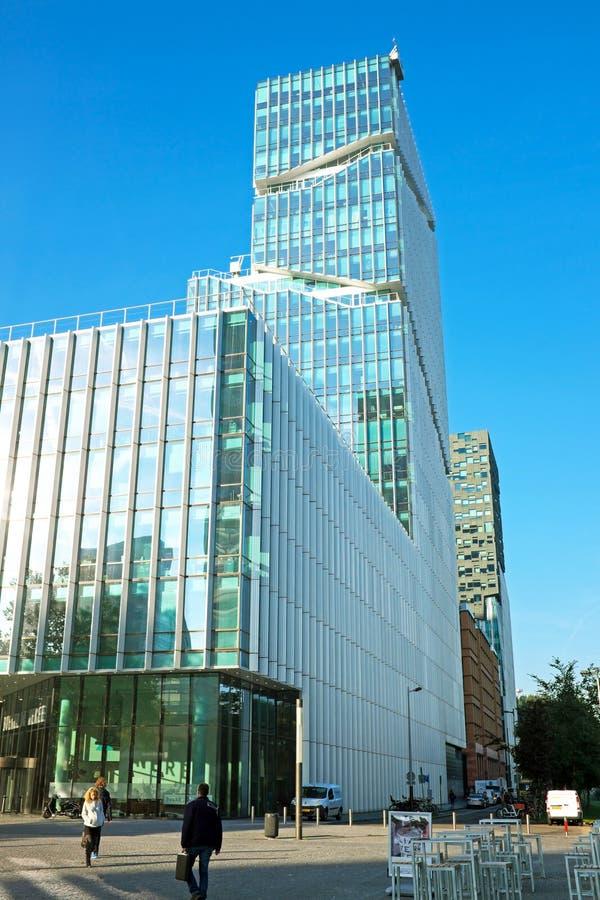 Σύγχρονο κτήριο γυαλιού στο Άμστερνταμ Κάτω Χώρες στοκ φωτογραφίες