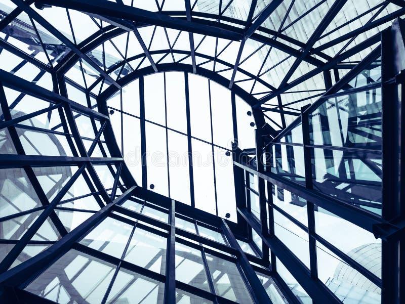 Σύγχρονο κτήριο σχεδίων προσόψεων γυαλιού οικοδόμησης στεγών χάλυβα λεπτομέρειας αρχιτεκτονικής στοκ φωτογραφία με δικαίωμα ελεύθερης χρήσης