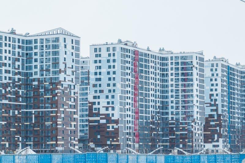 Σύγχρονο κτηρίων πόλεων αστικό υψηλό της πόλης μπλε όψη απόχρωσης οδικών σημαδιών γωνίας ευρέως στεναγμός οδών διανυσματικό λευκό στοκ φωτογραφίες με δικαίωμα ελεύθερης χρήσης