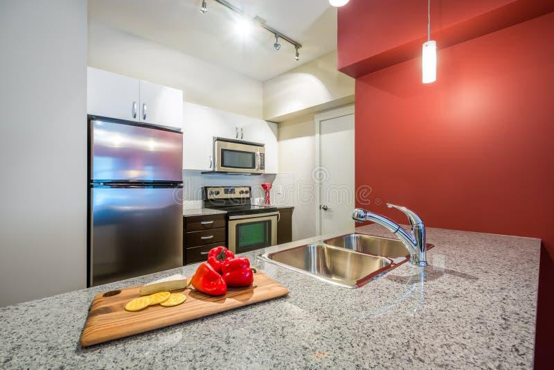 σύγχρονο κόκκινο κουζι&nu στοκ εικόνες