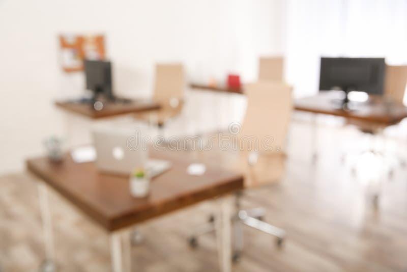 Σύγχρονο λαμπρά αναμμένο γραφείο Επίδραση Bokeh στοκ φωτογραφία