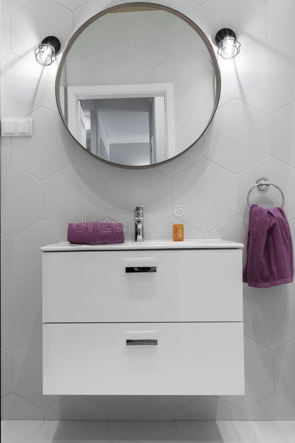 Σύγχρονο λουτρό με τον ωοειδή καθρέφτη στοκ φωτογραφία