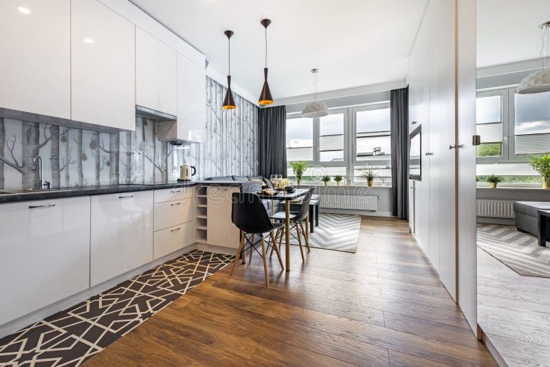 Σύγχρονο μικρό δωμάτιο με την κουζίνα στοκ εικόνες