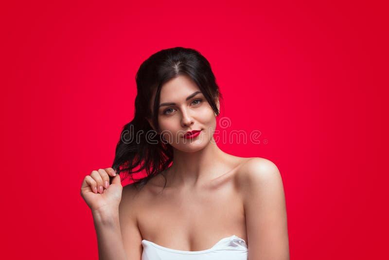 Σύγχρονο νέο brunette με τα κόκκινα χείλια στοκ φωτογραφία