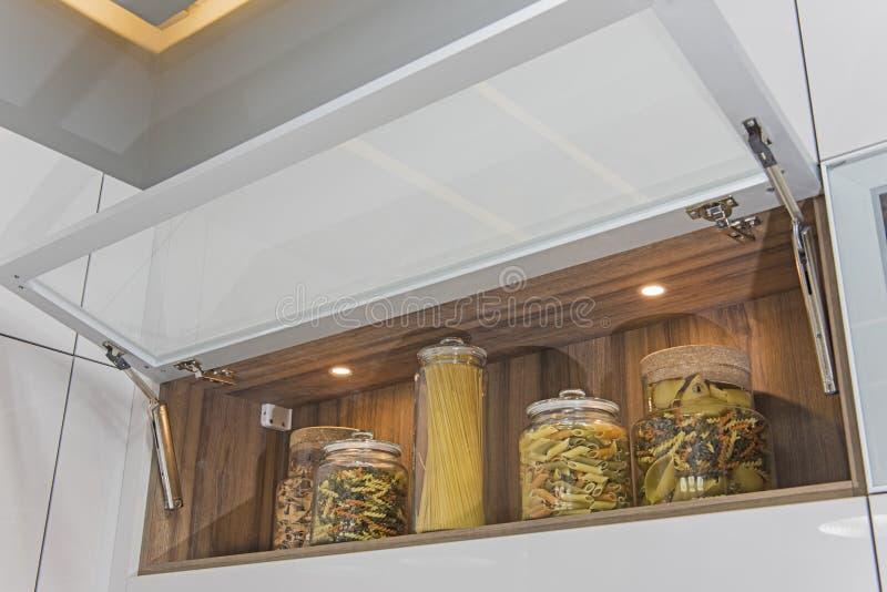 Σύγχρονο ντουλάπι κουζινών σε ένα διαμέρισμα πολυτέλειας στοκ φωτογραφία