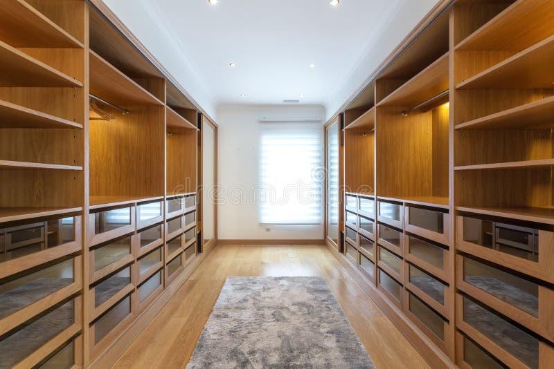 Σύγχρονο ντουλάπι στο ξενοδοχείο για τις διαφορετικές ανάγκες και τα ενδύματα στοκ εικόνα