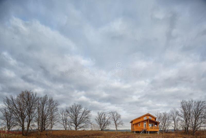 Σύγχρονο ξύλινο ενιαίο οικογενειακό εξοχικό σπίτι στη λίμνη στοκ εικόνα με δικαίωμα ελεύθερης χρήσης