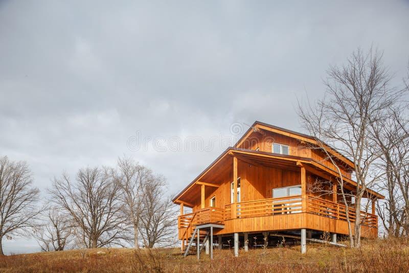 Σύγχρονο ξύλινο ενιαίο οικογενειακό εξοχικό σπίτι στη λίμνη στοκ εικόνα