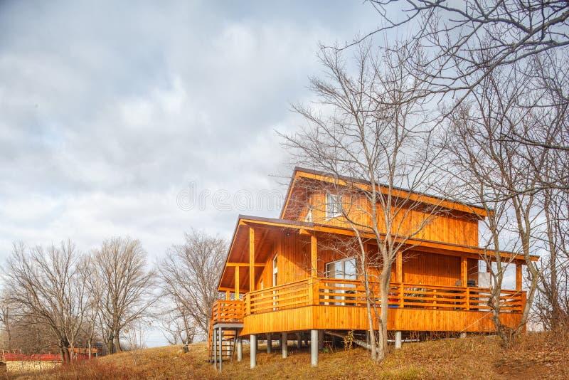 Σύγχρονο ξύλινο ενιαίο οικογενειακό εξοχικό σπίτι στη λίμνη στοκ εικόνες