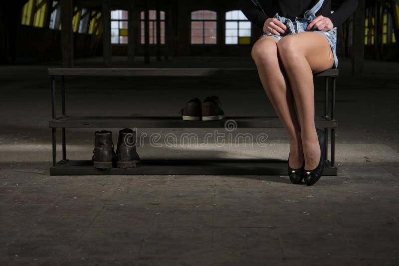 Σύγχρονο ξύλινο ράφι παπουτσιών στο εσωτερικό σοφιτών στοκ εικόνες