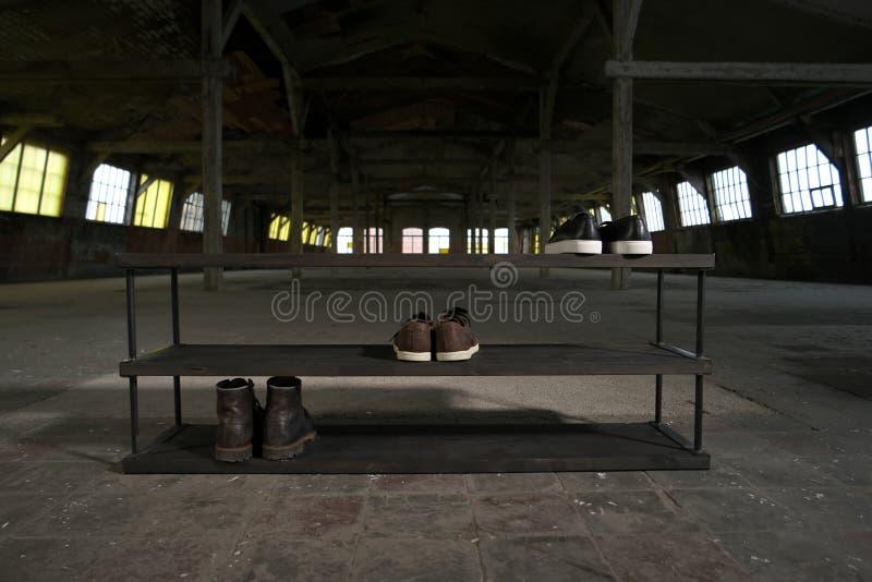 Σύγχρονο ξύλινο ράφι παπουτσιών στο εσωτερικό σοφιτών στοκ φωτογραφία με δικαίωμα ελεύθερης χρήσης