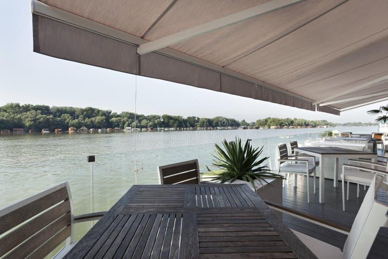Σύγχρονο πεζούλι καφέδων όχθεων ποταμού το πρωί στοκ εικόνες