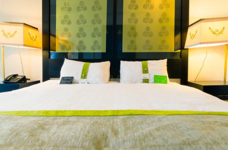Σύγχρονο, πράσινο και κομψό κρεβάτι μεγέθους βασιλιάδων με τους λαμπτήρες στοκ φωτογραφία με δικαίωμα ελεύθερης χρήσης