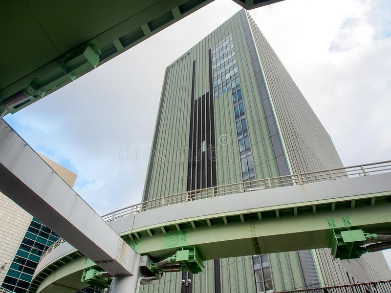 Σύγχρονο πράσινο κτήριο με τον ουρανό στοκ εικόνες