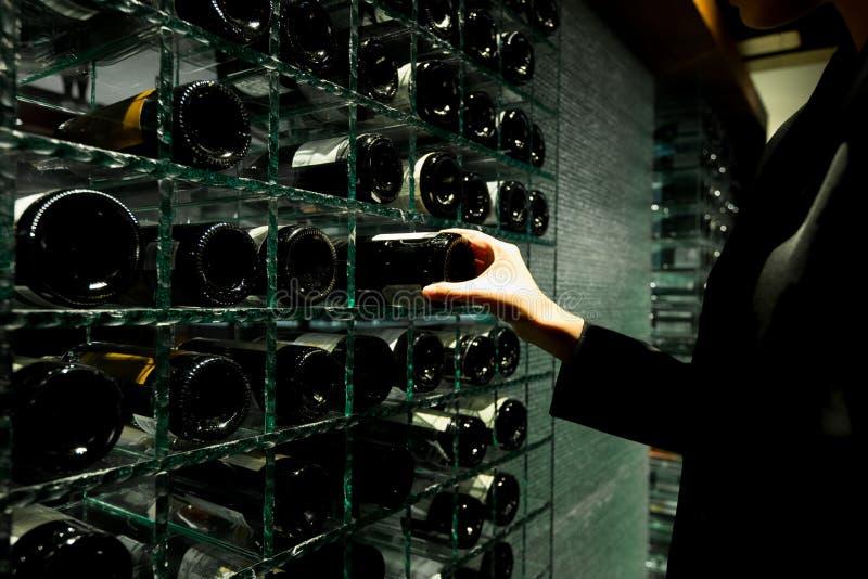 Σύγχρονο ράφι κελαριών κρασιού με πολύ γυαλί μπουκαλιών στοκ φωτογραφία με δικαίωμα ελεύθερης χρήσης