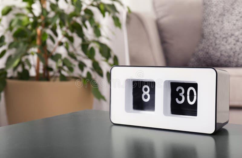 Σύγχρονο ρολόι κτυπήματος στον πίνακα στο καθιστικό, διάστημα για το κείμενο στοκ φωτογραφίες