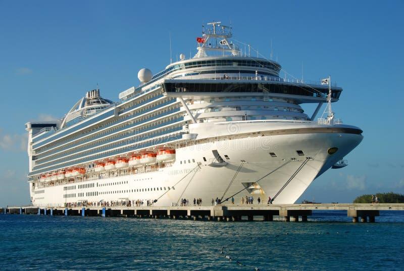 σύγχρονο σκάφος κρουαζ& στοκ φωτογραφίες με δικαίωμα ελεύθερης χρήσης