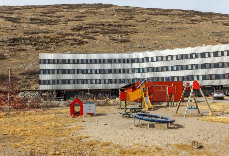 Σύγχρονο σπίτι διαβίωσης με την παιδική χαρά παιδιών tundra, Kangerlu στοκ εικόνες