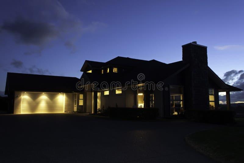 Σύγχρονο σπίτι εξωτερικό με να ανάψει τη νύχτα στοκ εικόνες