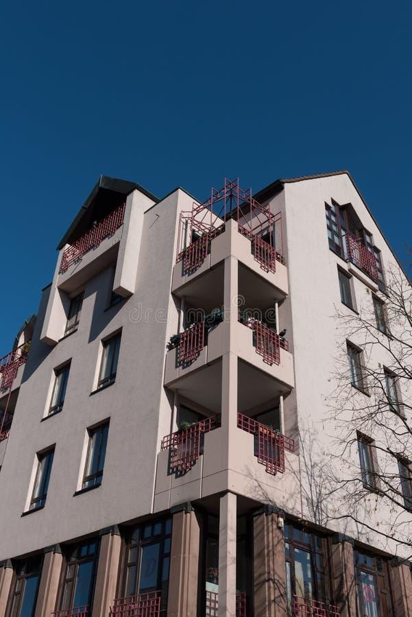 Σύγχρονο σπίτι διαμερισμάτων σε Hilden πριν από το μπλε ουρανό το φθινόπωρο στοκ φωτογραφίες