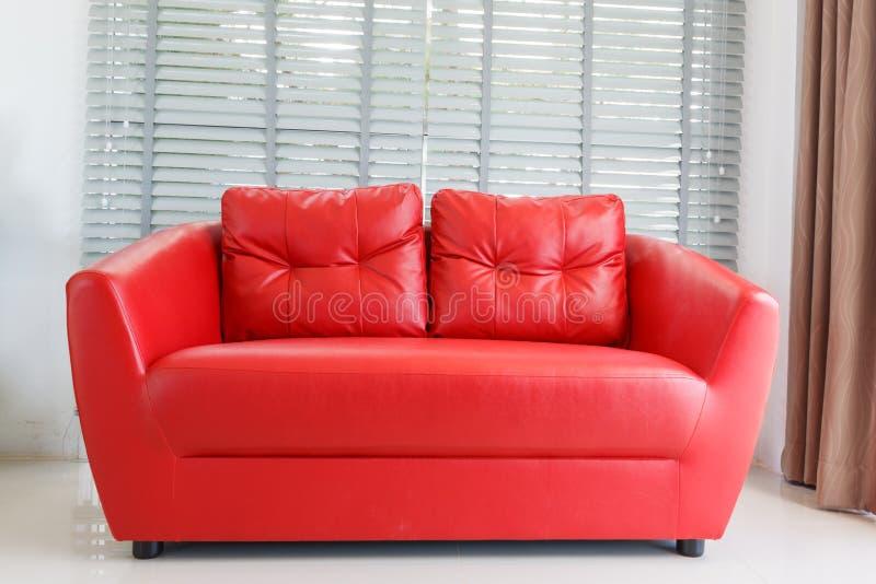Σύγχρονο σπίτι με το καθιστικό και τον κόκκινο καναπέ στοκ εικόνες
