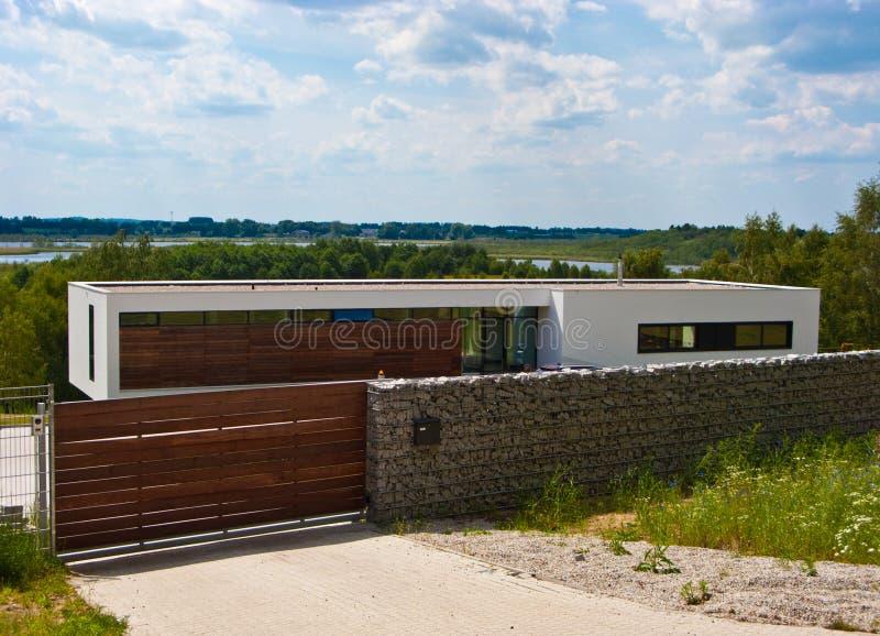 Σύγχρονο σπίτι με το φράκτη πετρών στοκ φωτογραφία με δικαίωμα ελεύθερης χρήσης