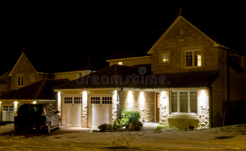 Σύγχρονο σπίτι τη νύχτα στοκ εικόνες