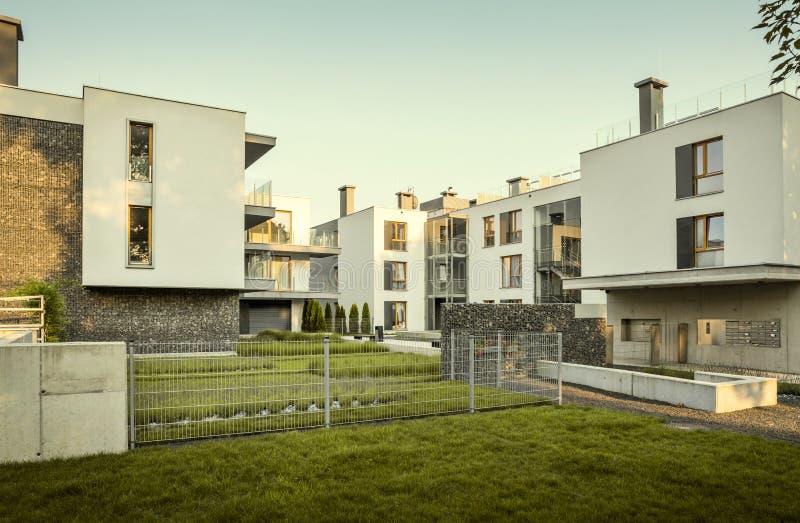Σύγχρονο συγκρότημα κατοικιών στοκ φωτογραφίες με δικαίωμα ελεύθερης χρήσης
