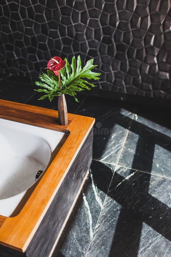 Σύγχρονο σχέδιο του λουτρού με το κατασκευασμένο μαύρο κεραμίδι στοκ φωτογραφίες