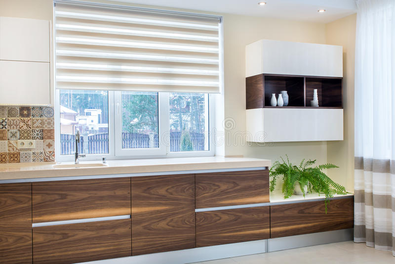Σύγχρονο σχέδιο της κουζίνας σε ένα ελαφρύ, φωτεινό εσωτερικό στοκ φωτογραφίες