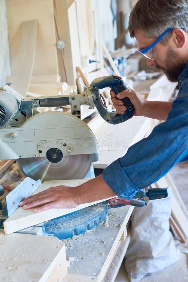 Σύγχρονο τέμνον ξύλο ξυλουργών στοκ εικόνα με δικαίωμα ελεύθερης χρήσης