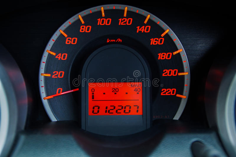 Σύγχρονο ταχύμετρο αυτοκινήτων και φωτισμένο ταμπλό στοκ εικόνες