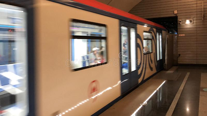 Σύγχρονο τραίνο υψηλής ταχύτητας με τη θαμπάδα κινήσεων στοκ φωτογραφία
