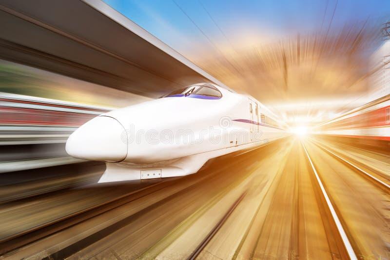 Σύγχρονο τραίνο υψηλής ταχύτητας δύο με τη θαμπάδα κινήσεων στη Σαγγάη στοκ φωτογραφίες