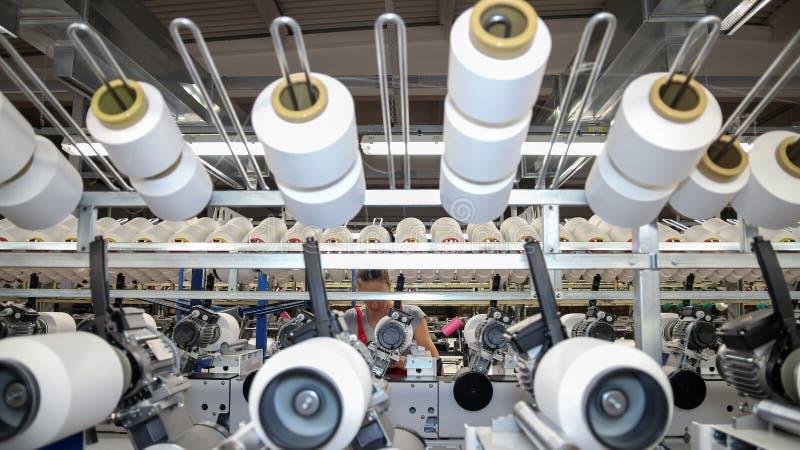 Σύγχρονο υφαντικό εργοστάσιο στοκ εικόνα με δικαίωμα ελεύθερης χρήσης