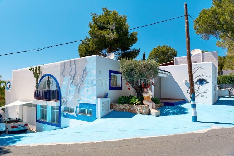 Σύγχρονο χρωματισμένο σπίτι σε Ibiza στοκ εικόνα με δικαίωμα ελεύθερης χρήσης