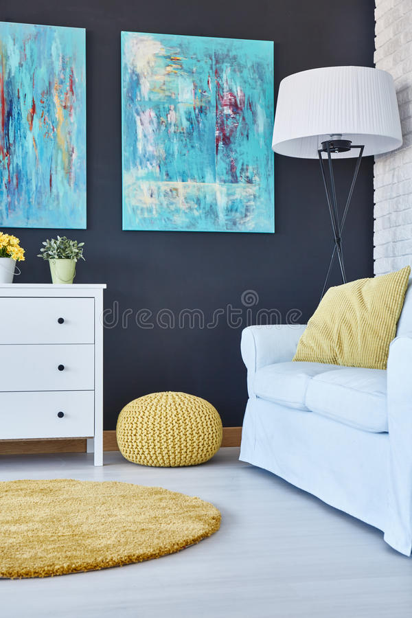 Σύγχρονο δωμάτιο με τα εξαρτήματα στοκ εικόνες