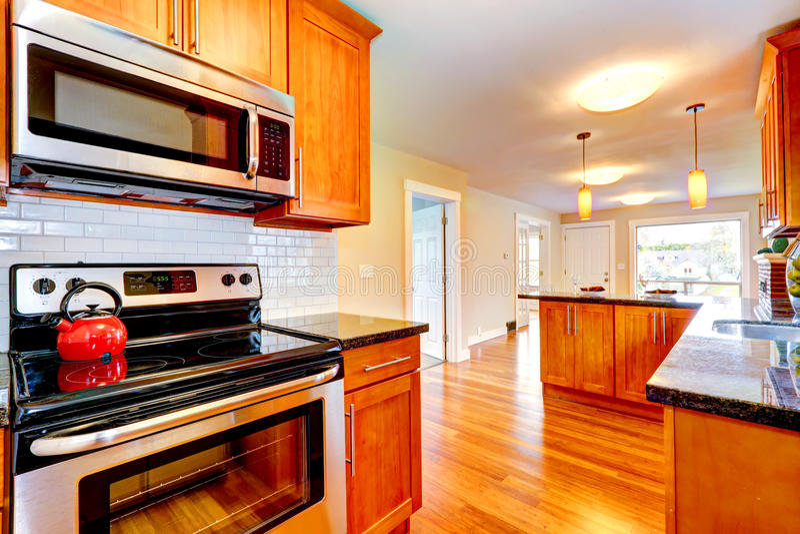 Σύγχρονο interio δωματίων κουζινών με την πίσω περιποίηση παφλασμών κεραμιδιών στοκ φωτογραφίες
