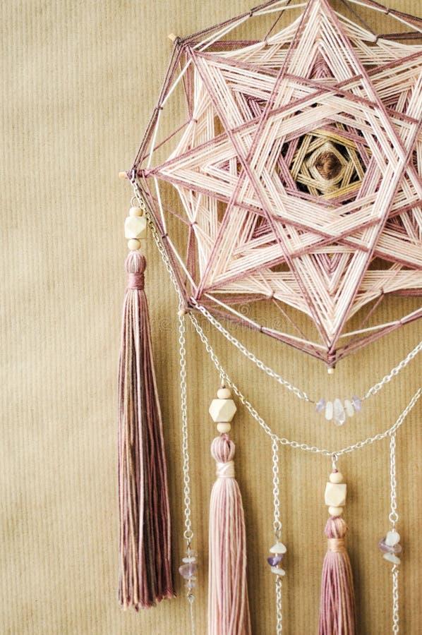 Σύγχρονο mandala κινηματογραφήσεων σε πρώτο πλάνο με τα κρύσταλλα, τον αμέθυστο, το moonstone, τους θυσάνους και την αλυσίδα χαλα στοκ φωτογραφία