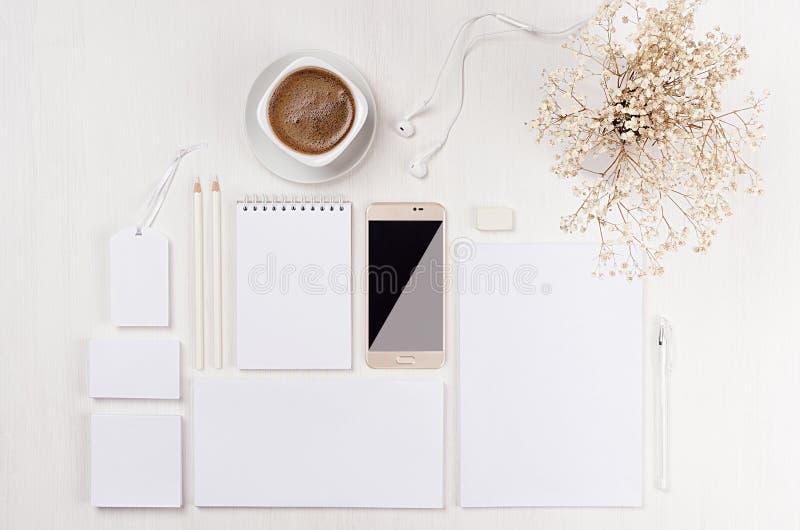 Σύγχρονο minimalistic κομψό θηλυκό διάστημα εργασίας με τα άσπρα κενά χαρτικά, καφές, λουλούδια, τηλέφωνο στο λευκό ξύλινο πίνακα στοκ φωτογραφίες με δικαίωμα ελεύθερης χρήσης